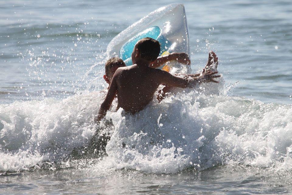 5-летнюю девочку унесло на матрасе в Азовское море