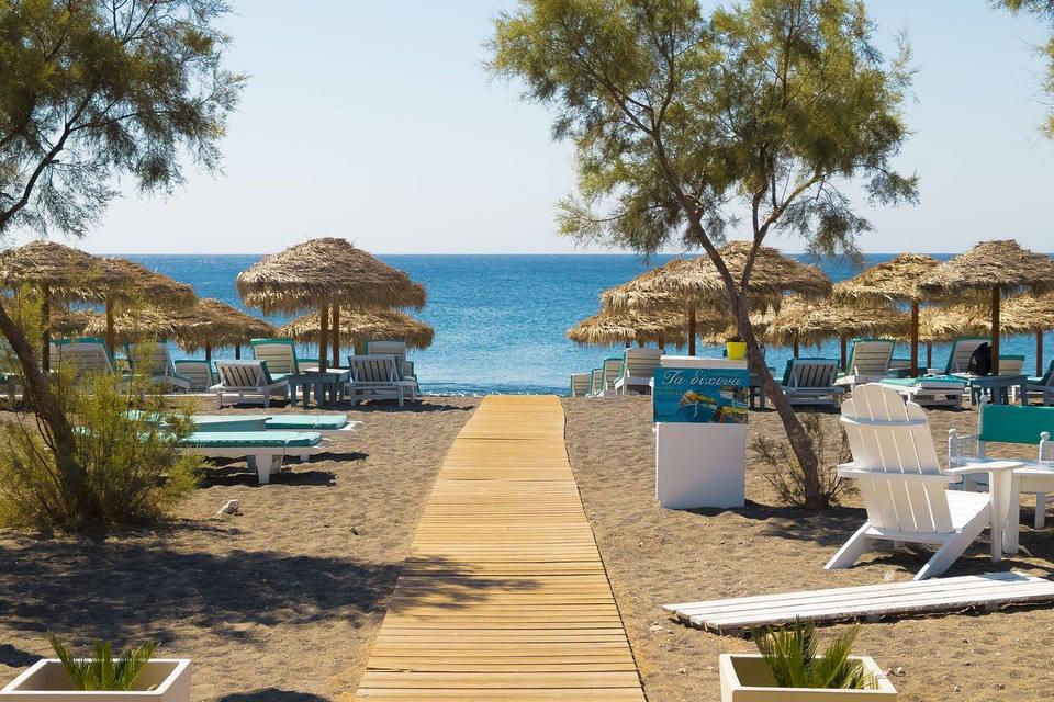 Санторини готовится к пляжному сезону