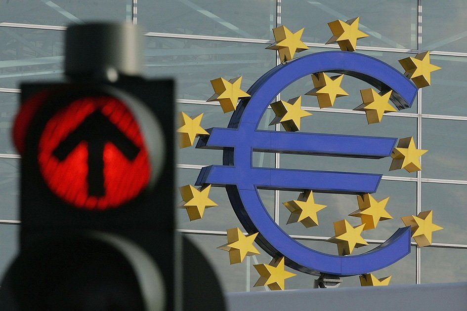 euro-sign-on-the-wall-red-traffic-light.jpg